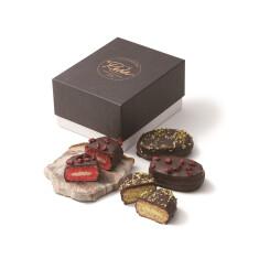 シックな黒のボックスに入った ショコラダックワーズ2個入 1,458円 (税込)