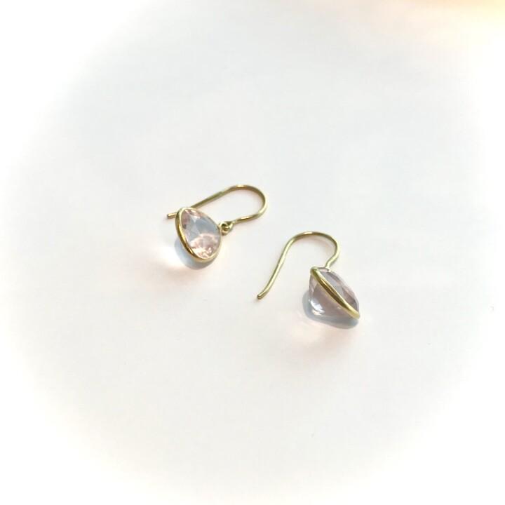 Single Drop Earrings(Rose Quarts) 【価格】¥72,600 【サイズ】全長約2.5cm 【素材】K18YG、ローズクオーツ 耳元に春らしい煌きを添えてくれる優しいピンクのカラーが印象的なローズクオーツ。 透明感の高いローズクオーツは大変稀少な天然石です。