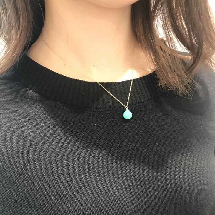 maroon stone necklace 【価格】¥19,800 【サイズ】全長約40cm 【素材】K18YG クリソプレーズ お仕事で大きなジュエリーは付けられないから…という場合は、ネックレス!さりげなく楽しんで頂けます。 一粒の天然石がK18イエローゴールドのチェーンに添えられ、品よく色味を与えてくれ、気持ちを明るく前向きにしてくれそうです…!