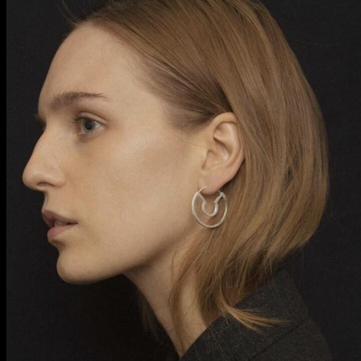 Blind date earrings(SV) 【価格】¥36,300 【サイズ】全長約3cm 【素材】SV Blind date・・知らない相手とデートすること。 何か新しい出会いがあるような意味合いが込められていそうなネーミングです。 細やかな艶消し加工が施されており、白色よりのクールな光沢が印象的です・・!