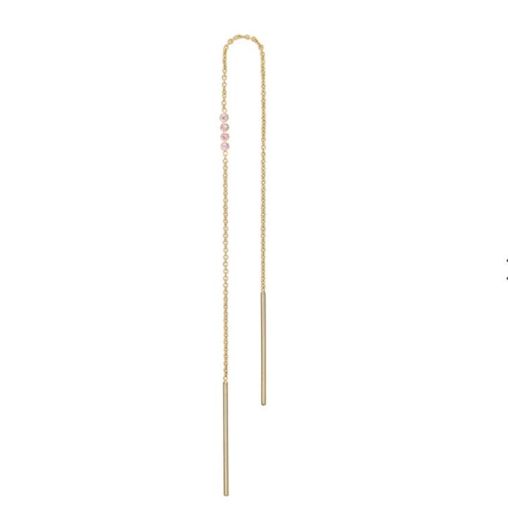 Elise Earrings(Pink Sapphire) 【価格】¥20,900 【サイズ】全長約8.5cm 【素材】SV K18YGコーティング、ピンクサファイア  職場などで大振りなデザインがつけられない…そんな場合には華奢なチェーンをアクセントに。 華奢ながらも4粒のピンクサファイアがお顔周りに明るさと華やかさを添えてくれます。