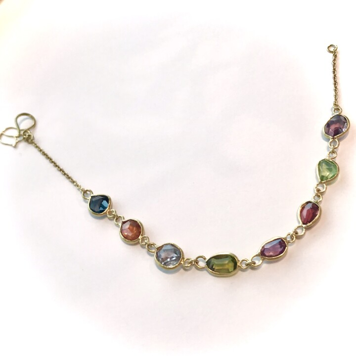 Garma Bracelet(Spinel) 【価格】¥205,700 【サイズ】全長約18cm 【素材】K18YG、スピネル 色とりどりのスピネルが手元を彩るブレスレット。多くの色を持つスピネルは強力なエネルギーを持つ天然石として知られています。