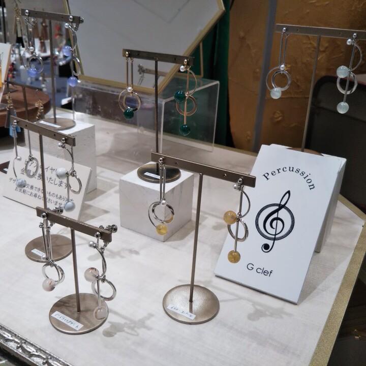 〈irodoru-(イロドル)〉 「ピアス、イヤリング  Percussion G clef(パーカッション ジー クレフ)」  ¥5,390(税込)