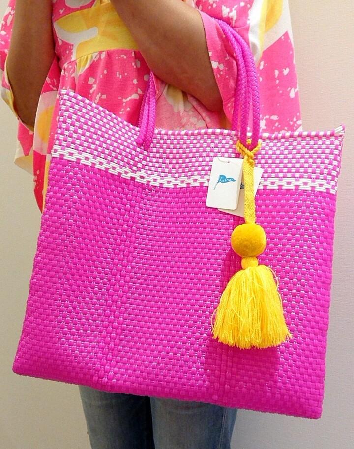 〈メルカドバッグ各種 各サイズ〉 ¥5,280~(税込) 〈チャーム各種〉 ¥1,540~(税込)