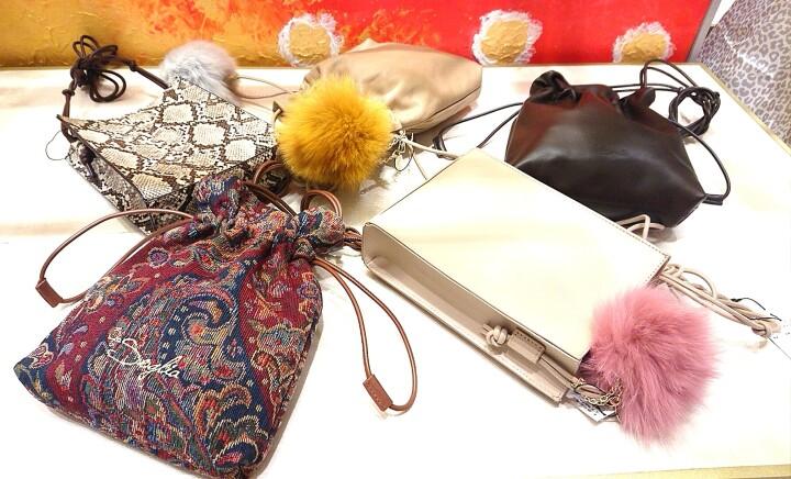 「With Me Series」(巾着タイプ、スクエアタイプ) ¥13.200(税込) 素材/牛革(300g 約りんご1個分)/合成皮革/綿 ※「With Me series」ご購入のお客様にMy Bagがお選びいただけます。