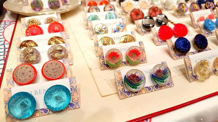 <KOLUBENOVA (コルベノヴァ)> ガラスボタンピアス各種 ¥1,650~(税込)