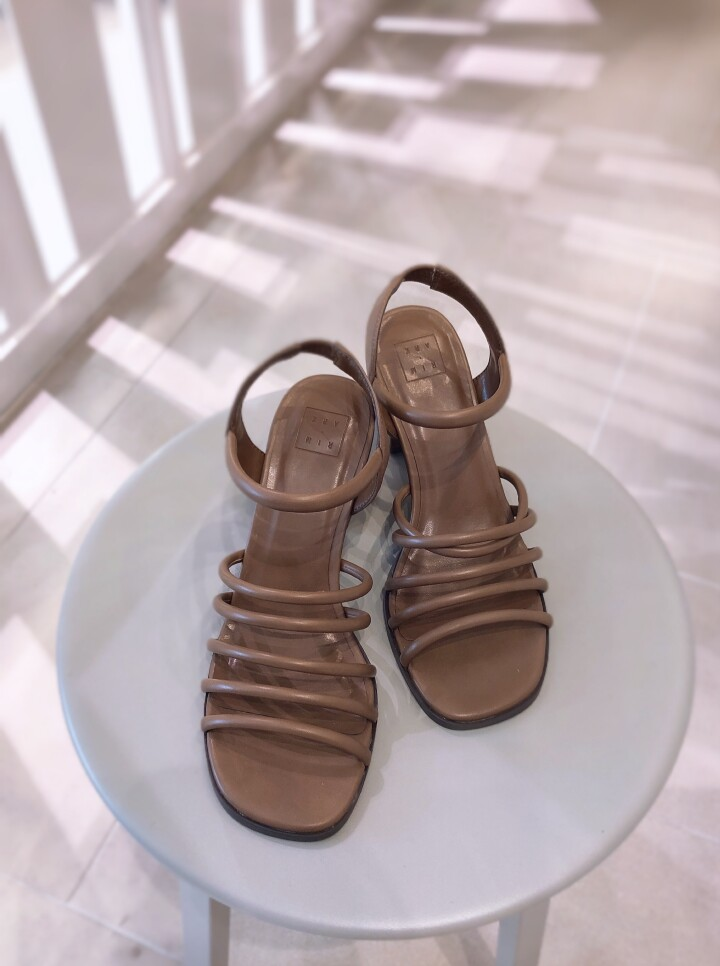 Round toe line sandal ¥22,000(税込)